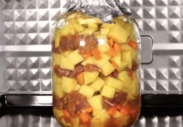Смешали полкило мяса и картошку в трехлитровой банке и ставим в духовку