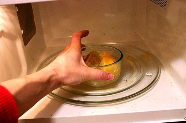 Апельсин поможет отчистить микроволновку. /Фото: smarthomemaking.com