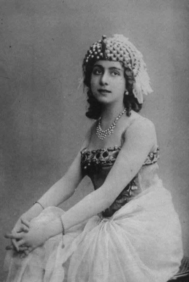 В ночь на 17 декабря 1916 года в подвале дворца князя Юсупова Распутин был убит. Полиция, проводя расследование, обнаружила, что во дворце той ночью были две женщины. А Каралли как раз накануне приехала в Петроград