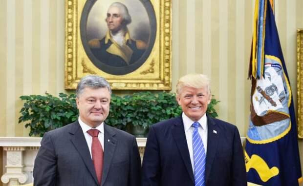 На фото: президент Украины Петр Порошенко и президент США Дональд Трамп (слева направо) во время встречи.