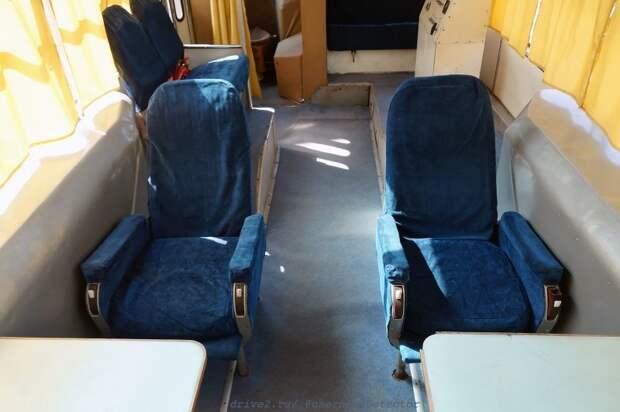 Вид на два неподвижных кресла у столиков ЛАЗ, авто, автобус, автомир, гагарин, космодром, лаз-695б, юрий гагарин