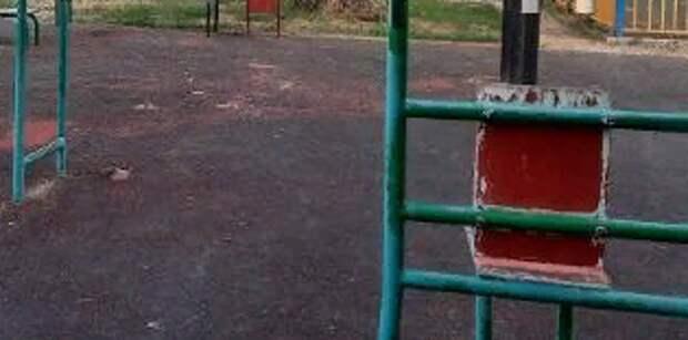 Мусор убрали со спортивной площадки в Батайском проезде