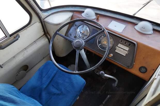 Приборная панель заменена на аналогичную от ЛАЗ-695Е — видимо, её заменили при восстановлении во Львове в 80-е. На редких приборах остались даже хромированные ''колодцы'' ЛАЗ, авто, автобус, автомир, гагарин, космодром, лаз-695б, юрий гагарин
