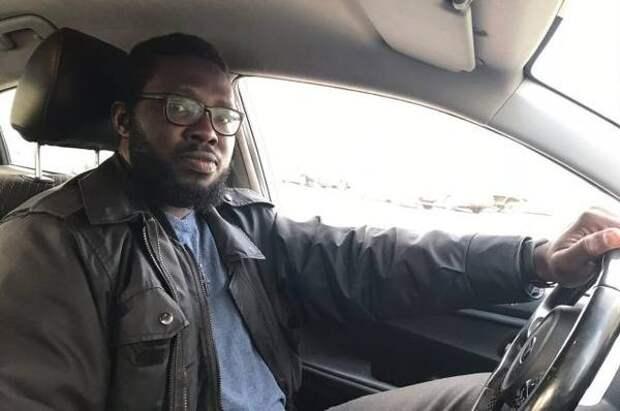 Молодой нигериец работает таксистом в Новосибирске