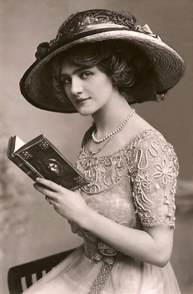Была наиболее фотографируемой английской актрисой и певицей Эдвардианской эпохи.