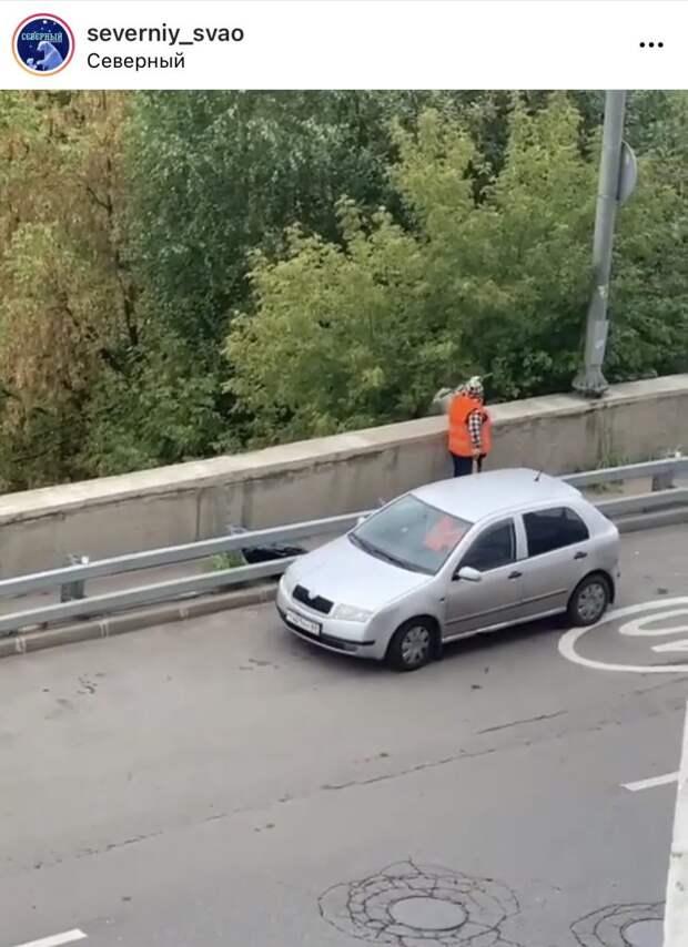 На Дмитровском шоссе дворник выбросила мусор с моста на головы прохожих