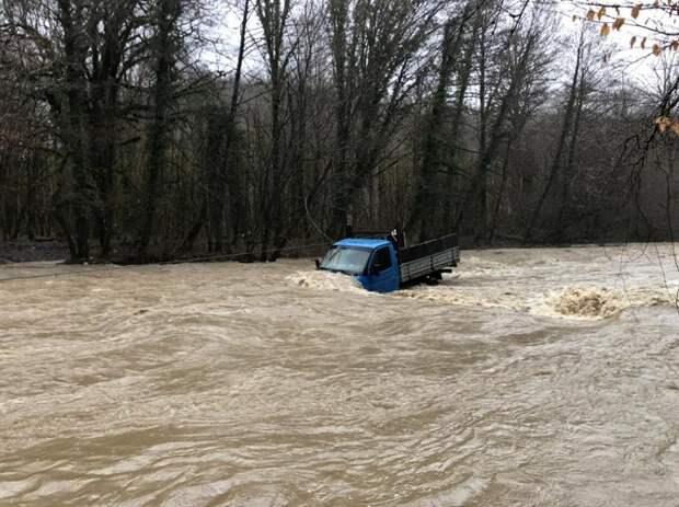 В Сочи спасатели эвакуировали двух мужчин из реки