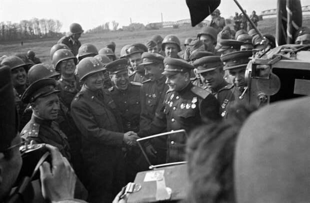 От СССР, командир 58-й гвардейской стрелковой Краснознаменной дивизия (1-й Украинский фронт),  генерал-майор В.В. Русаков. От американцев, командир 69-й дивизии (1-я армия США) генерал Э.Рейнхардт. 1945 год.