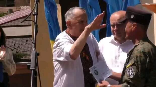 """На Украине наградили ветерана дивизии СС """"Галичина"""". Во время церемонии он расчувствовался и зиганул. Видео"""