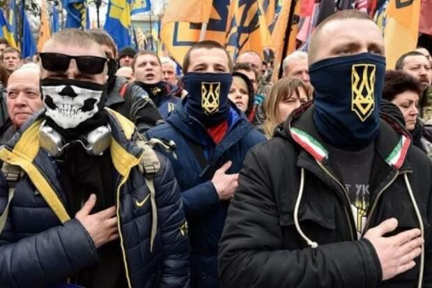Киевские радикалы-нацисты устроили публичную расправу над мужчиной, назвавшего АТОшников убийцами