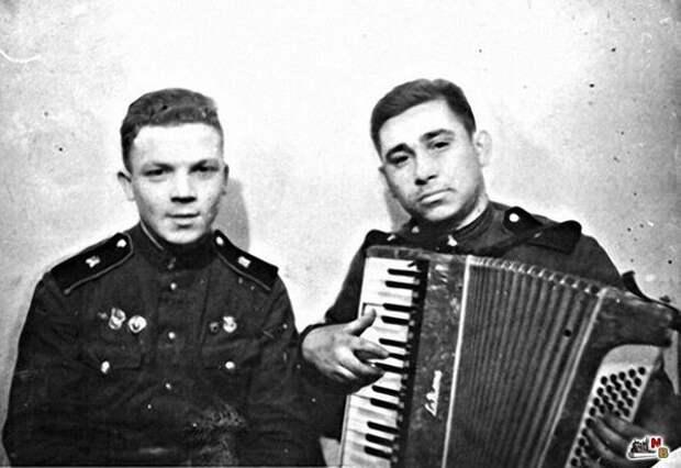 Михаил Светин во время службы в армии (с баяном) / Фото: ecogradmoscow.ru