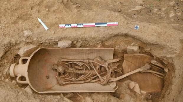 """На Корсике нашли """"город мертвых"""" с 40 скелетами в сосудах"""