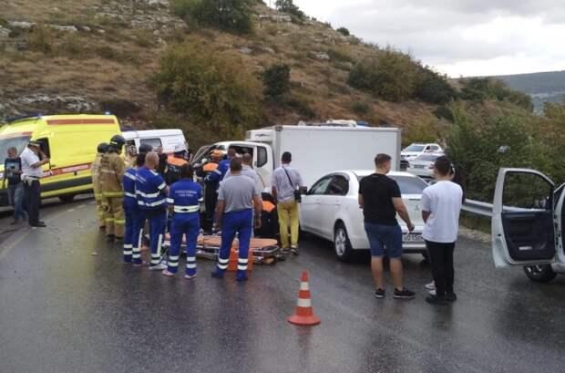 ДТП под Севастополем: грузовик столкнулся с рейсовым автобусом