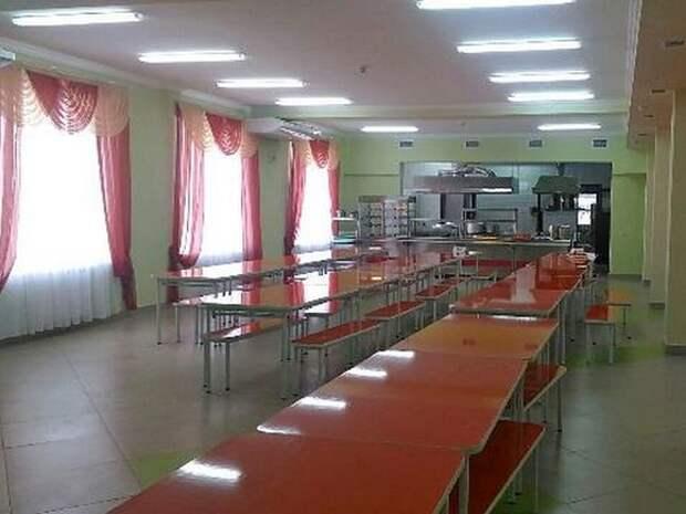 В омской школе детей кормили едой с пальмовым маслом на растрескавшихся столах
