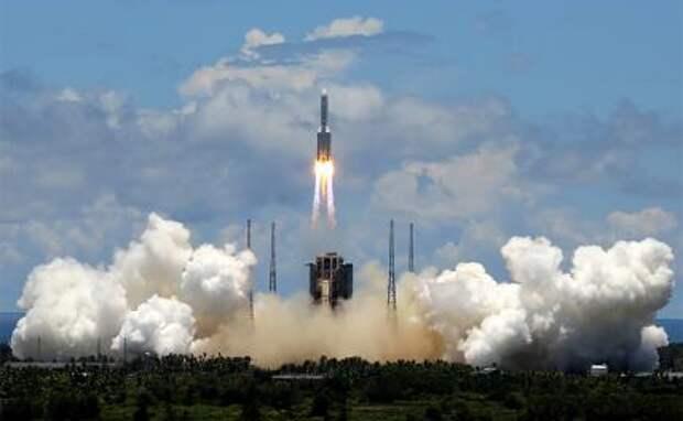 """На фото: ракета-носитель """"Чанчжэн-5"""" с зондом для изучения Марса стартовала с космодрома на юге КНР"""