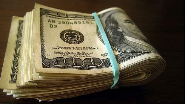 Россияне начали массово менять доллары на рубли