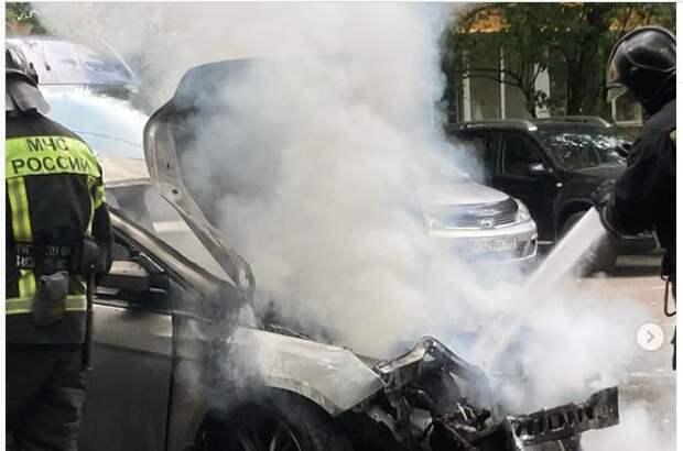 На Планерной женщина сломала ногу, спасая автомобиль от огня