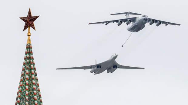 Самолет-топливозаправщик Ил-78 и стратегический бомбардировщик-ракетоносец Ту-160 на воздушном параде Победы в Москве, 9 мая 2020 года
