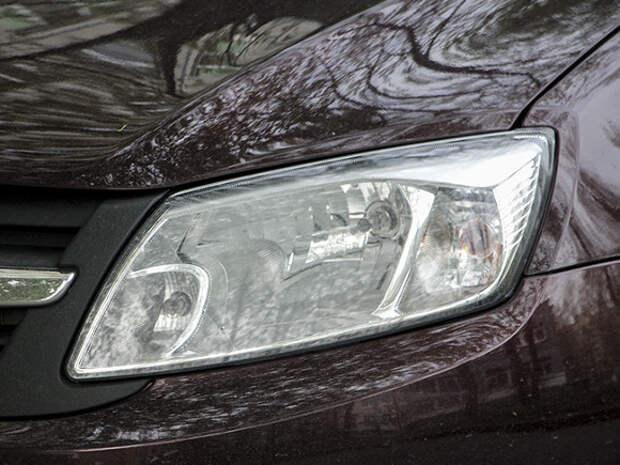 Молодого жителя Ленобласти нашли мертвым за рулем заведенной машины