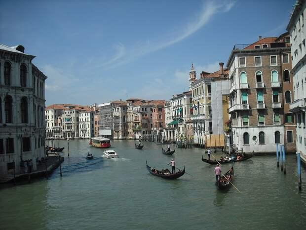 Избыточный вес пассажиров вынудил венецианских гондольеров снизить вместимость своих лодок