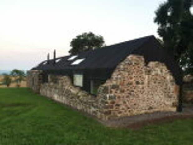 Архитектура: На руинах фермы XVIII века построили шикарный современный дом: Как выглядит его интерьер