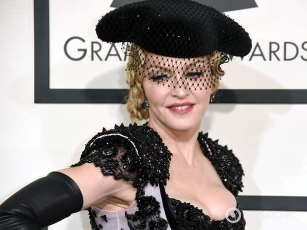 Мадонна шокировала публику голым задом на «Грэмми»
