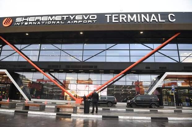 В Шереметьево самолет столкнулся со служебной машиной