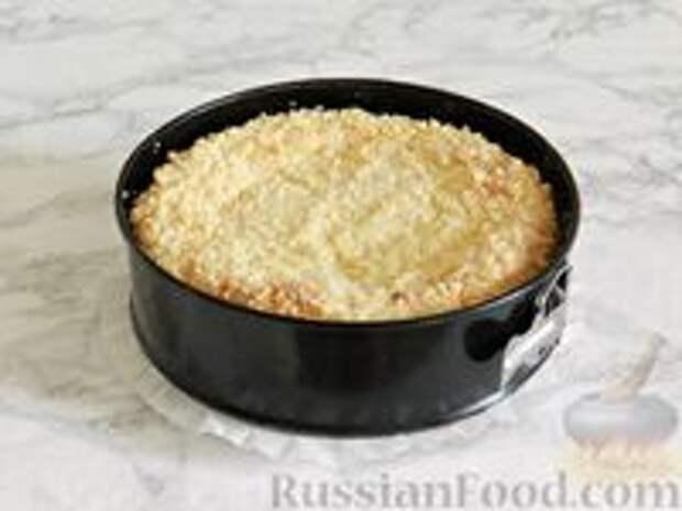 Фото приготовления рецепта: Королевская ватрушка с заливкой из сгущенки и шоколада - шаг №11