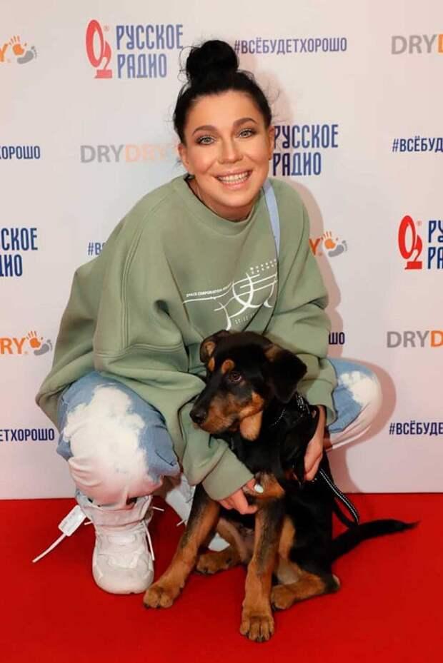 Певица Елка не прошла мимо бездомной собаки и забрала ее