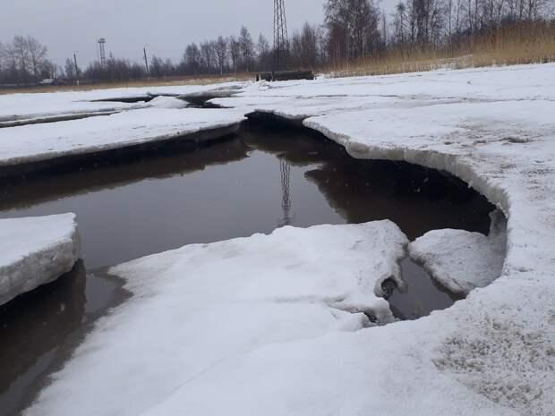 Спасатели осматривают состояние льда на городских водоемах