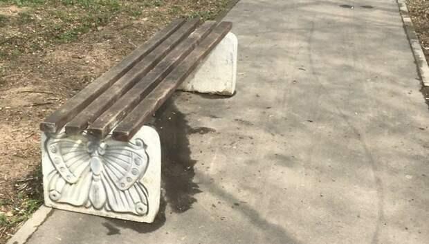 Рабочие отремонтировали лавочку в сквере Подольска по просьбе жительницы