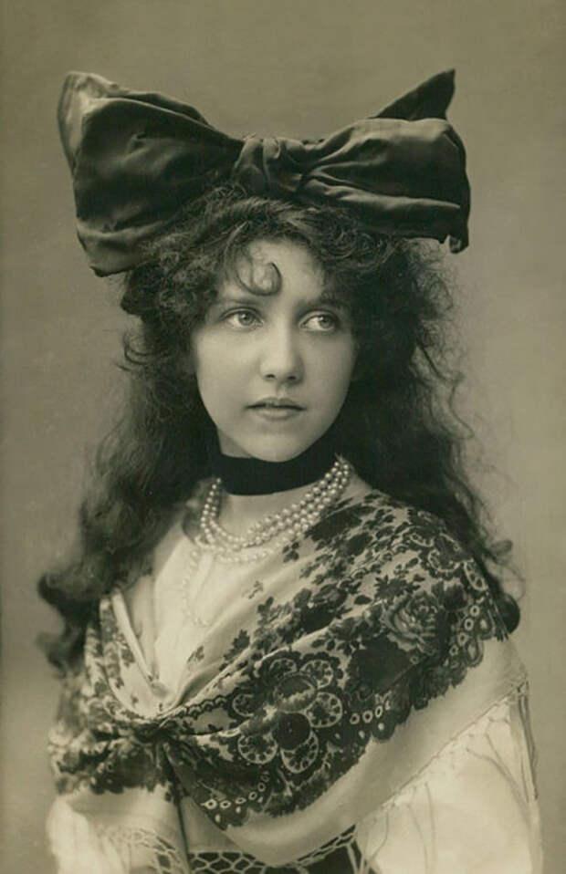 Неизвестная девушка в традиционной одежде.