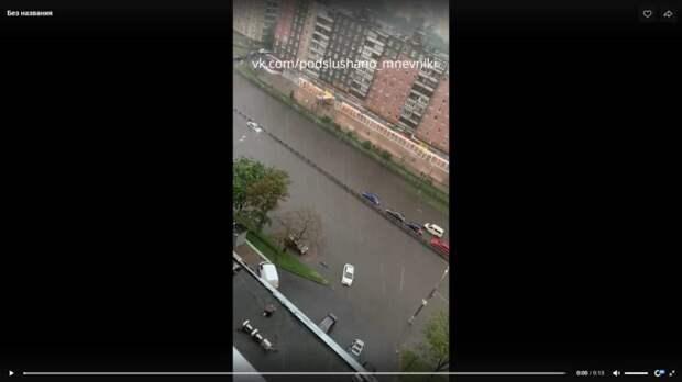 Проезжая часть улицы Народного Ополчения превратилась в фарватер