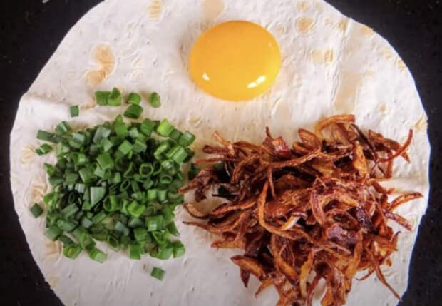 Лаваш, яйцо и жареный лук: вьетнамская пицца за 5 минут