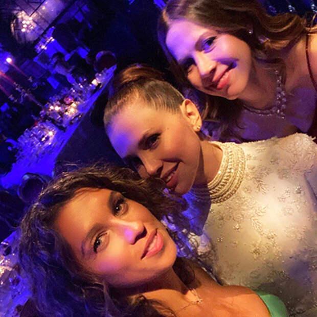 Новые фото со свадьбы Даши Жуковой и Ставроса Ниархоса: платье невесты, обручальное кольцо и другие детали