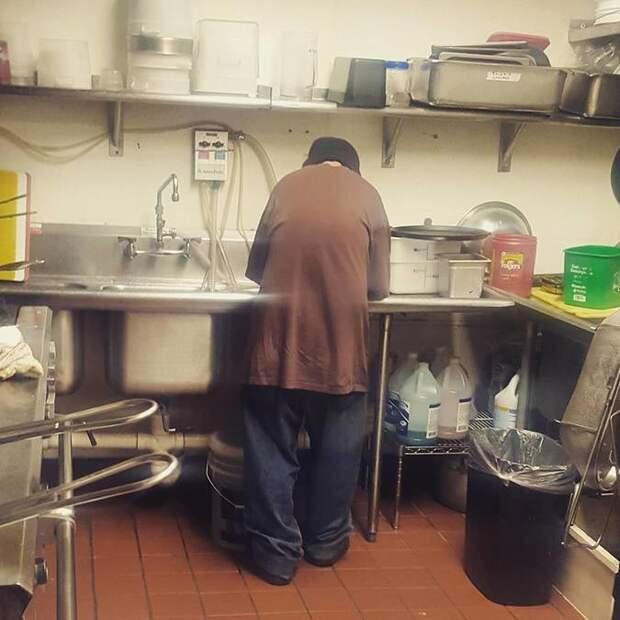 бездомный просил еду получил работу, владелец кафе взяла на работу бездомного, бездомный на работу в кафе