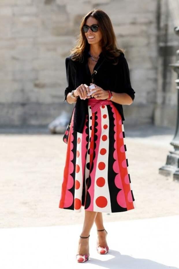 юбка с графичным орнаментом в образе женщины 50 лет