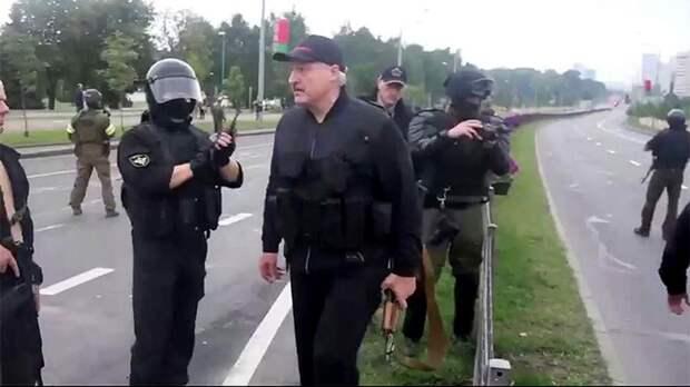 Лукашенко вновь засняли у резиденции с автоматом в руках