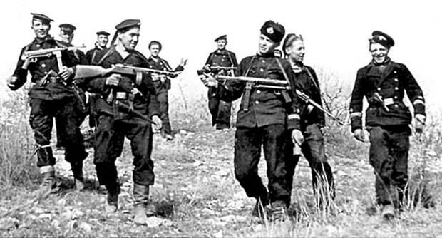 Группа разведчиков 7-й бригады морской пехоты возвращается с задания. Крым, апрель 1942 года. Великая Отечественная война, СССР, история