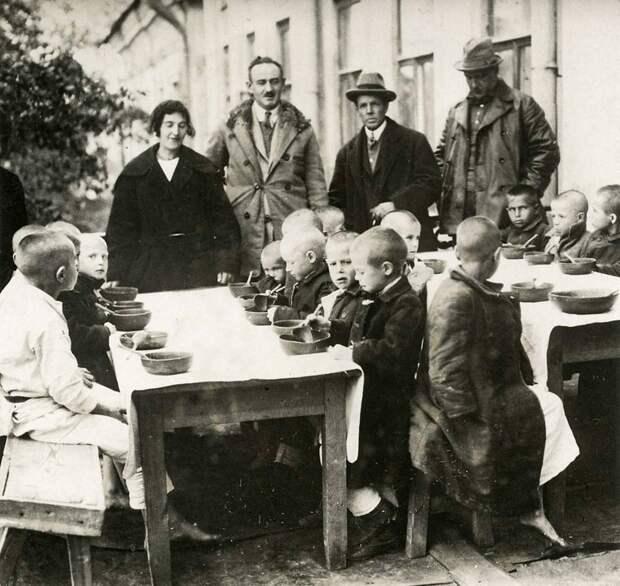 Дети получают питание от Американского комитета в Казани, 1921-1922 гг.
