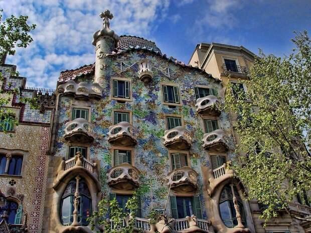 Знаменитый «Дом из костей» в Барселоне (Casa Batllо).
