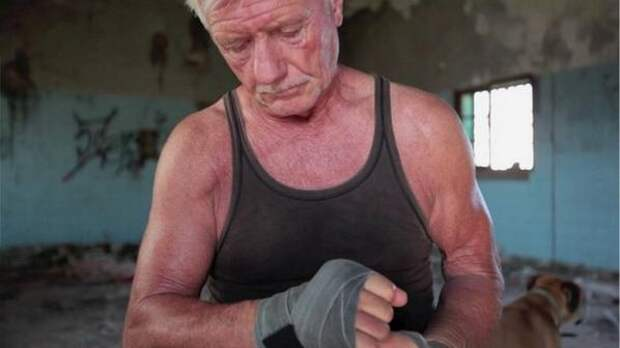 Ночные грабители посчитали пенсионера легкой добычей, но он оказался боксером