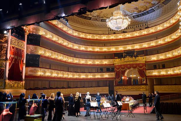 Светлана Бондарчук, Полина Киценко и другие на необычной выставке ювелирного бренда
