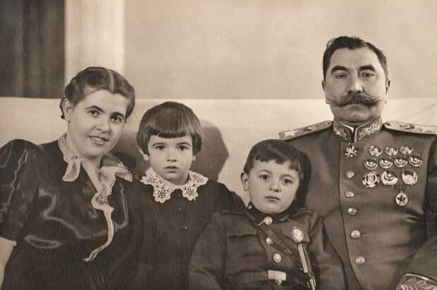Семья маршала Семёна Будённого. Слева направо его жена Мария, дочь Нина, сын Серёжа