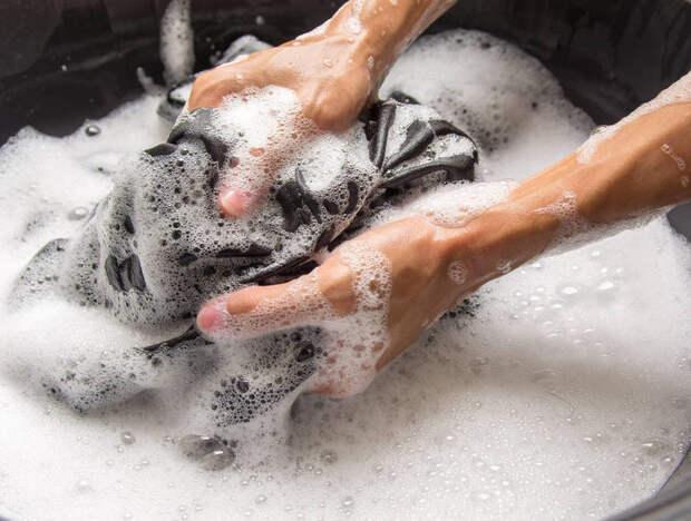 Плиссе лучше стирать вручную.