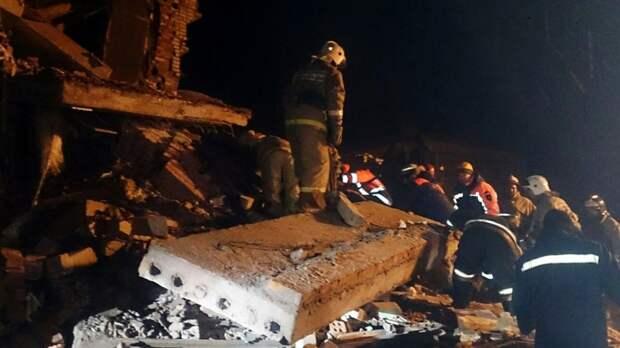 Спасатели ищут пострадавших на месте полностью разрушенного дома в Москве