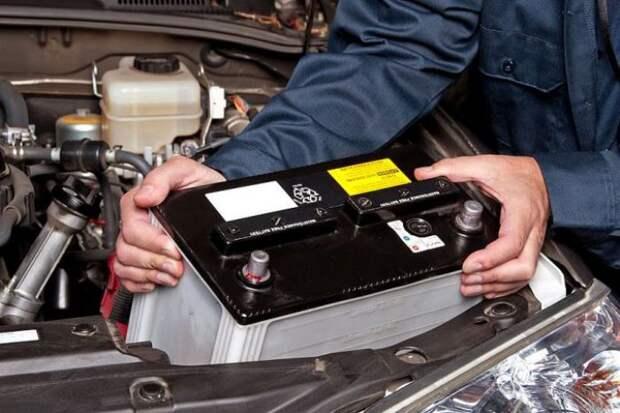 Установка новой аккумуляторной батареи. | Фото: kakprosto.ru.