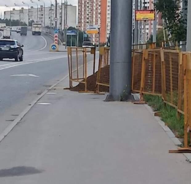 Жители Северного возмущены перекрытием тротуара на Дмитровском
