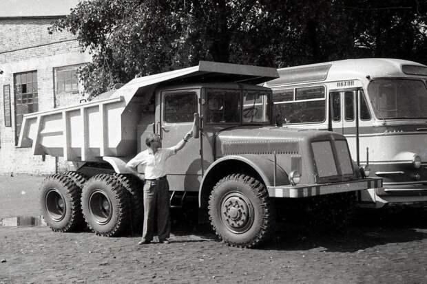 Tatra-T147 DC5. Рядом ЛАЗ-695E. СССР, автомобили, советская техника, советские машины
