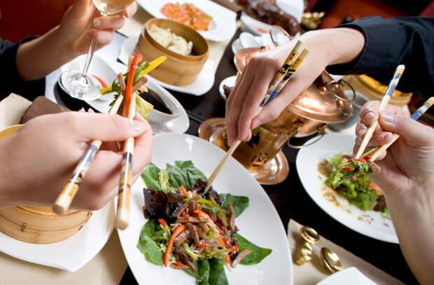 20 китайских правил еды: стучат по столу двумя пальцами в знак благодарности